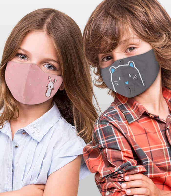 Zwei Kinder mit Mundschutz